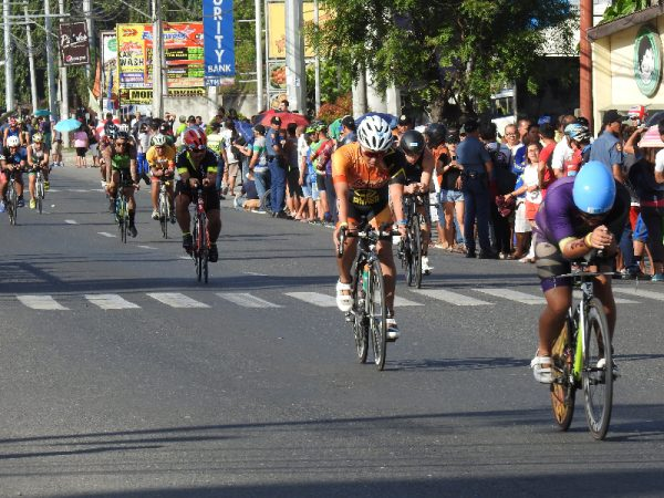 Thousands of spectators watched the nine-hour Alveo IRONMAN 70.3 triathlon in Davao City on Sunday, the 10th to be held in the country. Davao City Mayor Inday Sara Duterte-Carpio was on hand to congratulate some 2000 participants.